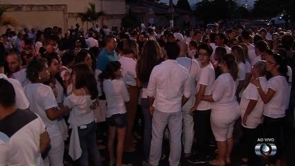 Pais, alunos e professores se emocionam em culto em homenagem a vítimas de tiros em escola