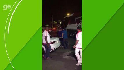 Com joelho imobilizado, Réver é carregado até carro após lesão no Fla-Flu