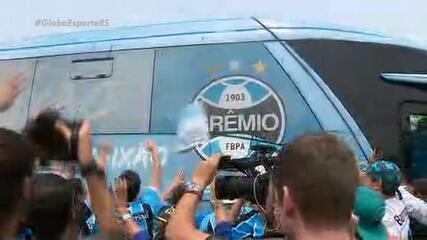 Grêmio desembarca em Porto Alegre com apoio da torcida