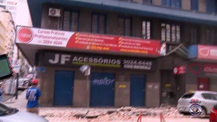 Parte de prédio desaba e atinge quatro veículos no Centro de Porto Alegre
