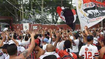 Torcida canta o hino do São Paulo na saída do ônibus tricolor do CT