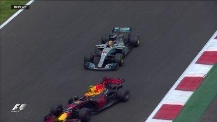Vai, garoto! Lewis Hamilton obedece bandeira azul e deixa Verstappen passar