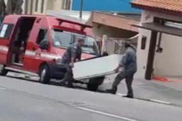 Internauta de Mogi grava bombeiros descarregando geladeira em casa de Brás Cubas