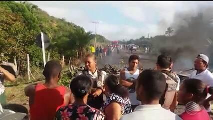 Moradores de Canavieiras interditam a Ba-001 durante manifestação