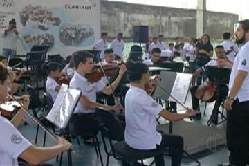 Maestro João Carlos Martins visita escola de Suzano
