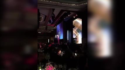 Renato Goes e Marina Ruy Barbosa sobem ao palco do Emmy Internacional
