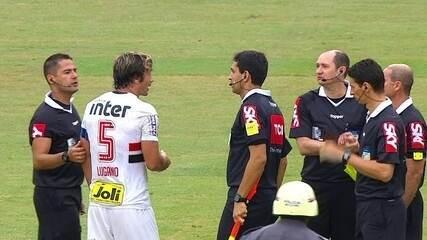 Lugano reclama com a arbitragem no intervalo de São Paulo x Bahia