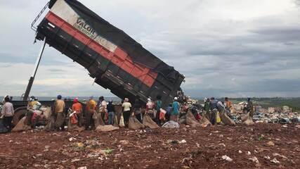 Caminhão descarrega materiais no Lixão da Estrutural