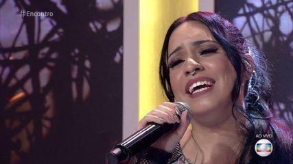 Samantha Ayara canta no palco do 'Encontro'