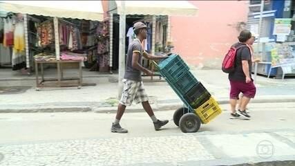 Desemprego volta a cair por conta do trabalho informal, diz IBGE