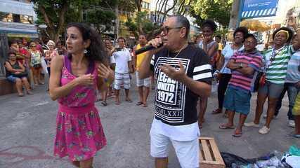 Maria Menezes se solta num karaokê no Centro de Salvador