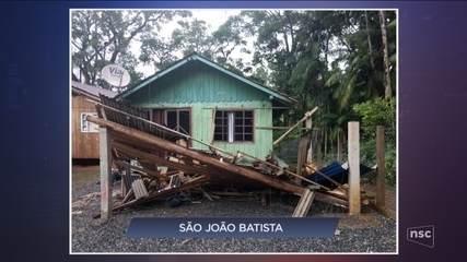 Menina morre e irmã fica ferida após queda de árvore; chuvas danificam municípios de SC
