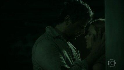 Marion revela a Saulo que eles são pais de Theo
