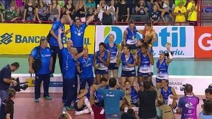 Jogadoras do Osasco recebem medalha pela conquista da Copa do Mundo de Vôlei Feminino