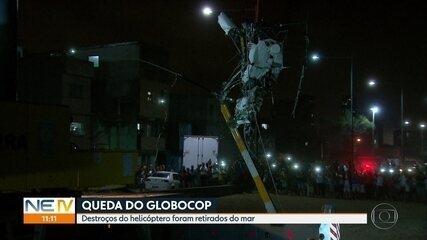 Destroços de helicóptero são retirados do mar, na Zona Sul do Recife