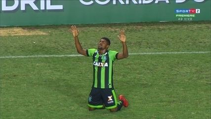 Gol do América-MG! Rafael Moura rouba a bola e toca para Capixaba fazer o segundo