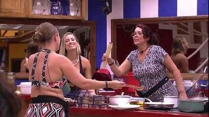 Mara e Patrícia cantam 'É o Amor' enquanto cozinham
