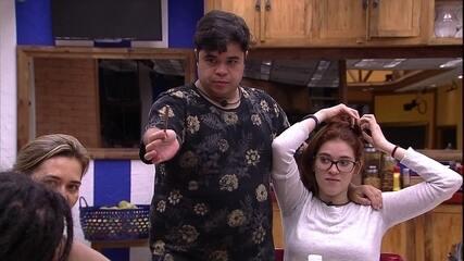 Jorge faz mágica na cozinha do BBB