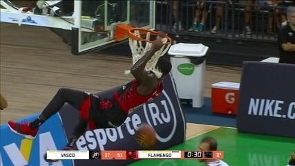 MJ Rhett, pivô do Flamengo, tem grande atuação contra o Vasco no NBB