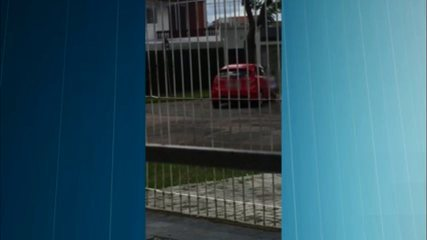 Vídeo mostra criança correndo atrás do carro da mãe