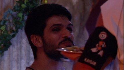 Kaysar dá uvas na boca de Lucas na festa Deuses Gregos