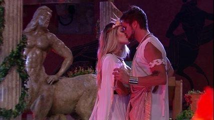 Breno e Jaqueline dão um selinho na Festa Deuses Grego