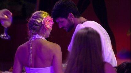 Jéssica dança e sensualiza para Lucas