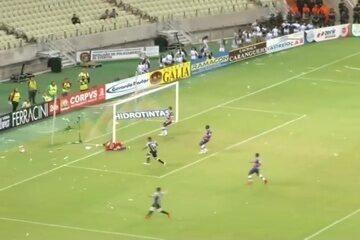 Goool do Ceará! Pio lança bola em profundidade, Felipe Azevedo domina, lança e Elton marca