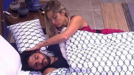 Jéssica faz cafuné em Lucas logo ao acordar