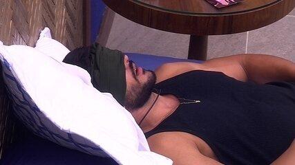 Líder Lucas dorme sozinho no Bangalô