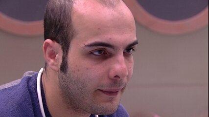 Mahmoud confessa que fritou ovos na panela do Tá com Tudo: 'Não foi por mal'