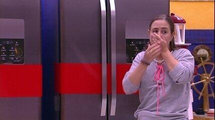 Patrícia descobre que geladeiras estão lacradas