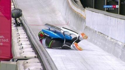 Atleta búlgaro vira do trenó na chegada do Luge em PyeongChang