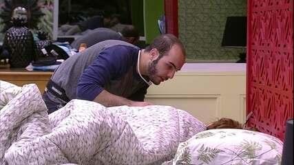 Mahmoud tenta fazer Ana Clara levantar da cama