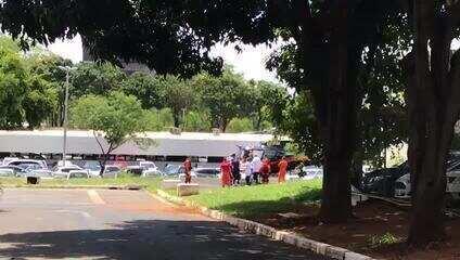 Acidente na BR 020 - helicóptero da Polícia Civil do DF chega ao hospital de Base