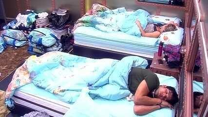 Lucas dorme na cama entre Jéssica e Breno