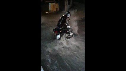 Homem é arrastado pela chuva ao tentar salvar moto no Rocinha