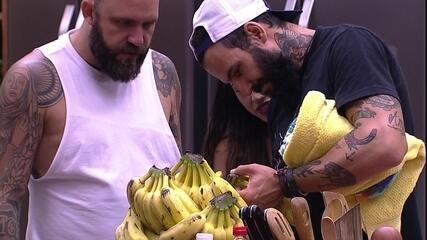 Wagner marca com faca sua 'cota' de bananas