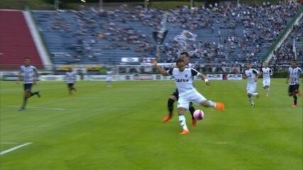 Vilar! Ricardo Oliveira bate, e o goleiro salva o Tupi, aos 7 do primeiro tempo