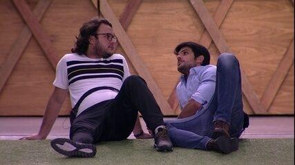 Lucas conta para Diego o que ouviu de Wagner