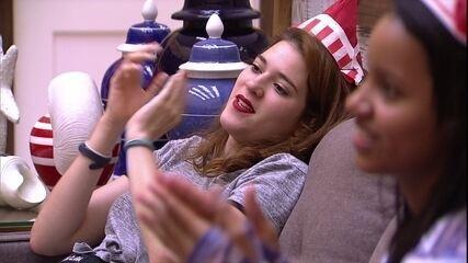 Ana Clara canta e bate palma para Gleici: 'Parabéns pelo seu aniversário'