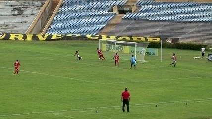 ASSISTA: meia do Flamengo-PI perde gol sem goleiro