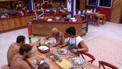 Brothers do Tá com Tudo almoçam comida de Lucas