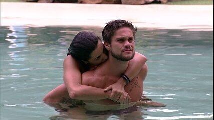 Paula abraça Breno na piscina e morde pescoço do brother
