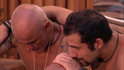 Ayrton chora: 'Tô com saudade da Eva'