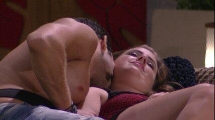 Kaysar dá 'cheiro' em Patrícia e sister pergunta: 'Vai dormir de conchinha comigo?'