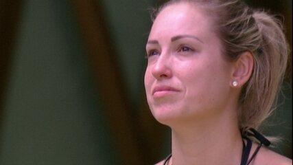 Jéssica chora no gramado e fala: 'Eu sei que você está bem'