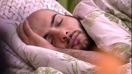 Mahmoud dorme, enquanto Gleici e Wagner leem no Quarto Tropical