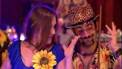 Patrícia e Kaysar fazem caras e bocas na música 'Você é doida demais'