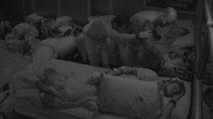 Kaysar e Caruso colocam espuma em Breno enquanto brother dorme